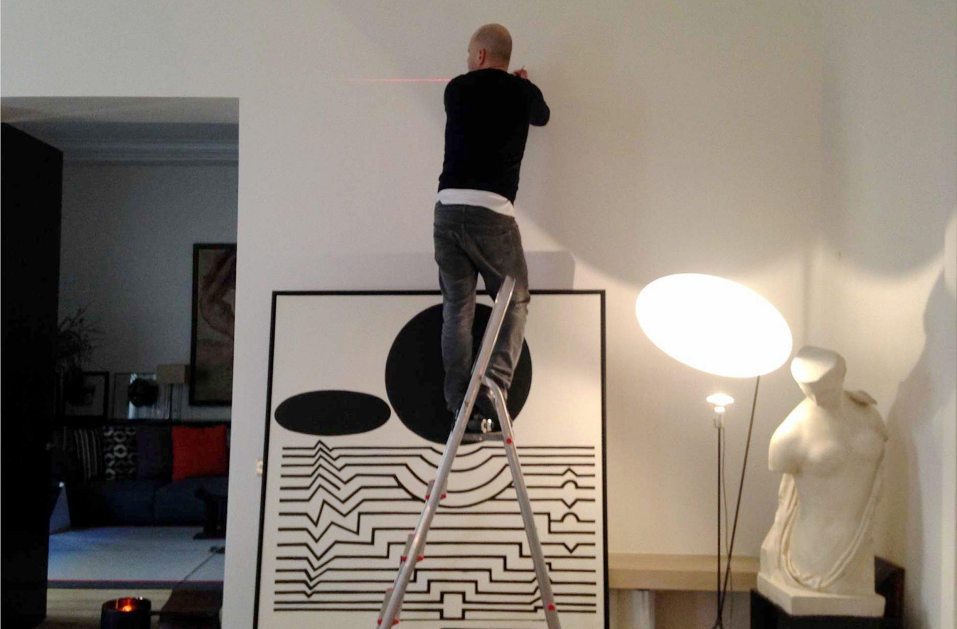 Accrochage des tableaux et mise en place des oeuvres d'art